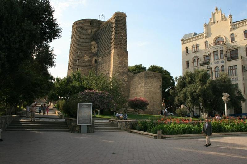 1329900379_1310564087_walled_city_of_baku_with_the_shirvanshahs_palace_and_maiden_tower